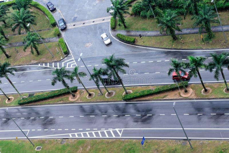 Autos fahren auf nass Straße Regnen von Straßen, regnerischer Tag stockbild