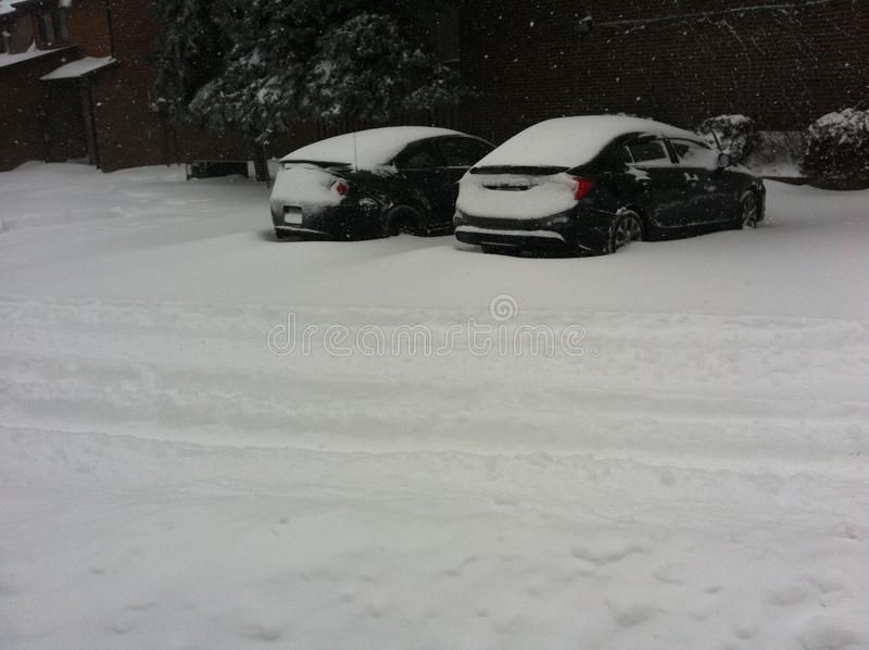 Autos fest im Schnee lizenzfreies stockbild