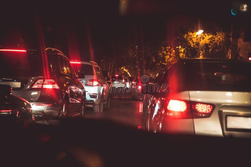 Autos im Nachtstau Schauen hinter den Autos Autos sind rotes, gelbes Nachtlicht Nachtstraße in der Stadt von Lichtautos t stockbilder