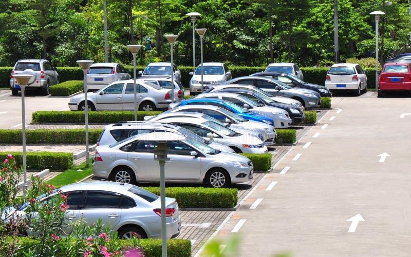 Autos im Parkplatz stockfoto