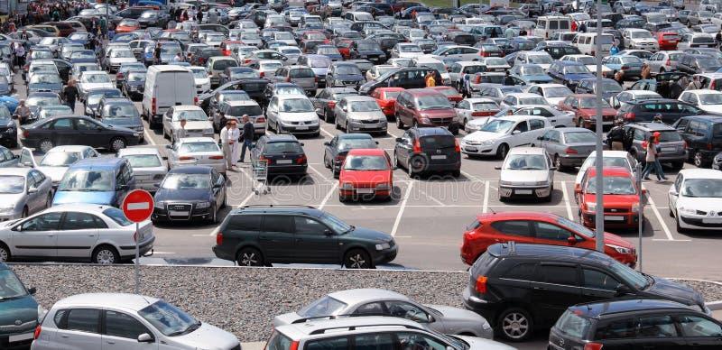 Autos im Parkplatz stockbilder