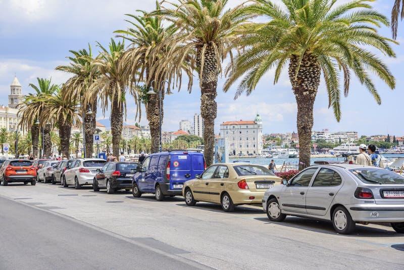 Autos im Stadtparken stockfotos