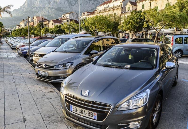 Autos im Stadtparken lizenzfreie stockfotografie