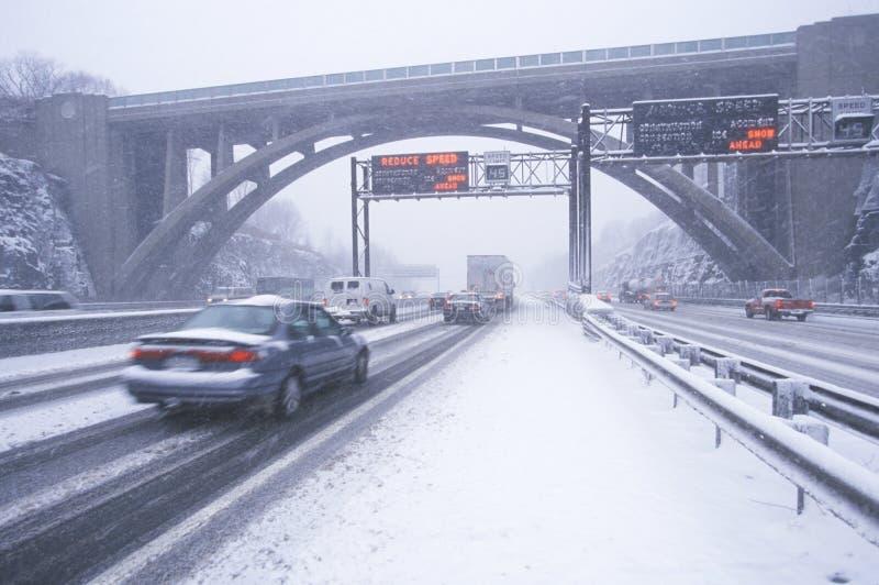 Autos im Wintersturm und im frischen Schnee auf Weg 80/95 im Fort Lee New Jersey von New York City, NY stockfotografie