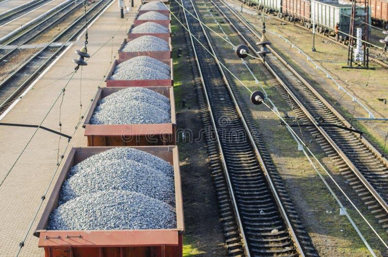 Autos mit Steinen auf der Eisenbahn stockbilder