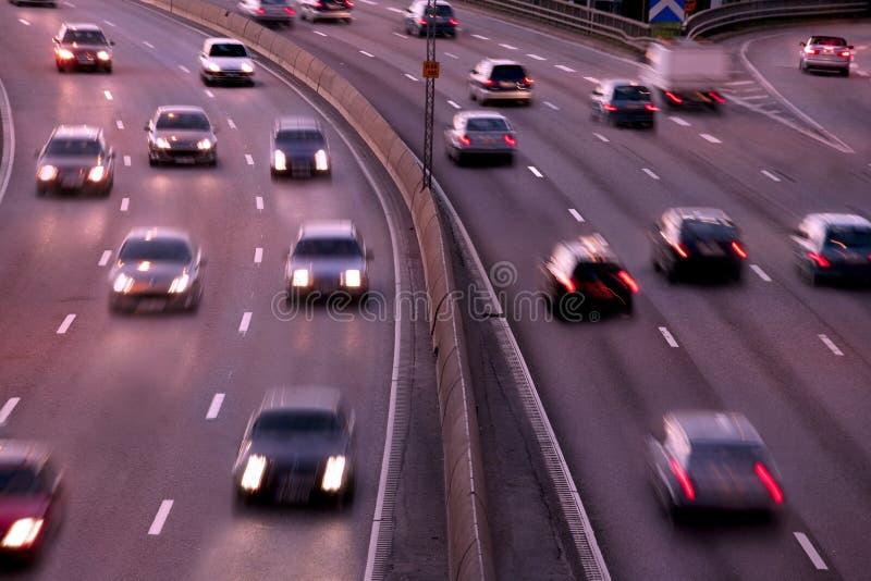 Autos nachts mit Bewegungszittern lizenzfreies stockbild