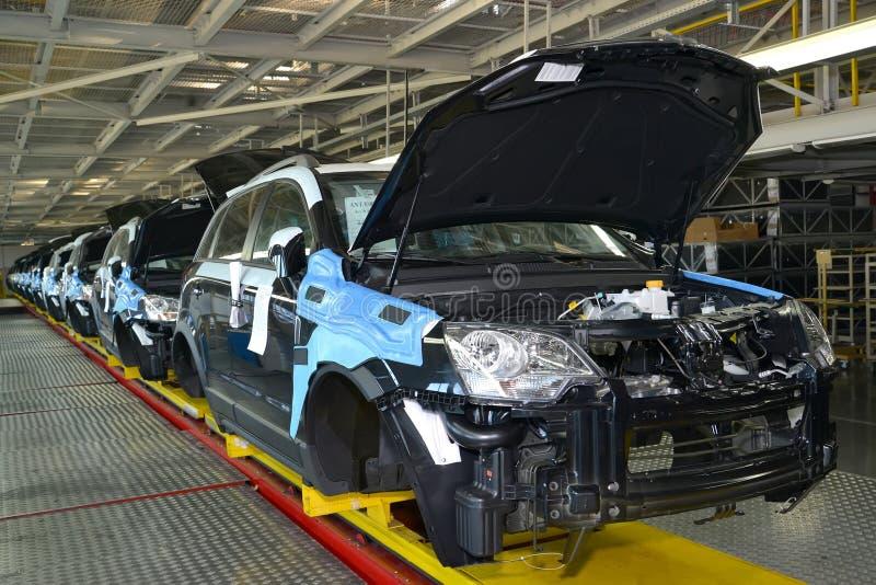 Autos stehen auf der Fördererlinie der Montagewerkstatt Automobilproduktion stockbild
