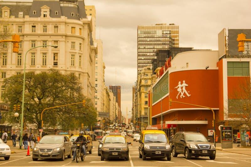 Autos und Taxis auf Corrientes-Straße, die längste Straße im w stockbilder