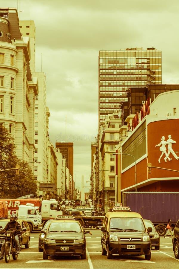 Autos und Taxis auf Corrientes-Straße, die längste Straße im w stockfotos