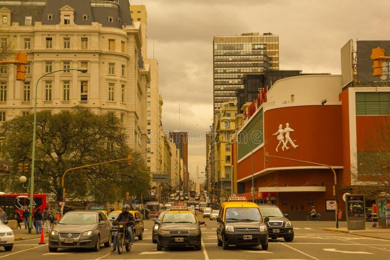 Autos und Taxis auf Corrientes-Straße, die längste Straße in der Welt, mit dem berühmten Luna Park-Konzertsaal auf dem Recht stockfoto