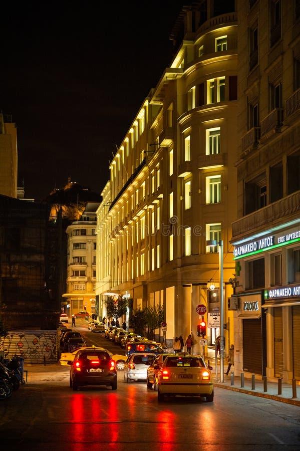 Autos und Taxis auf der Panepistimiou-Straße lizenzfreie stockfotos