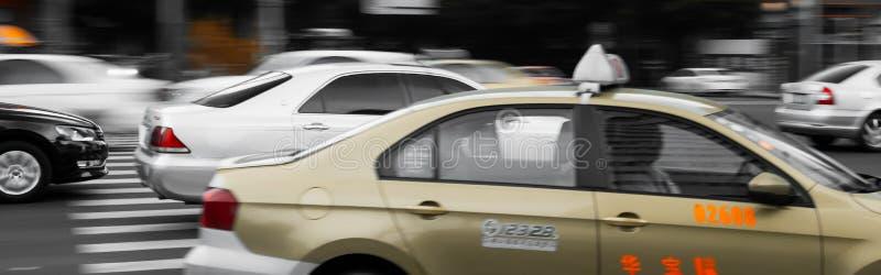 Autos und Taxis in Chengdu stockbilder