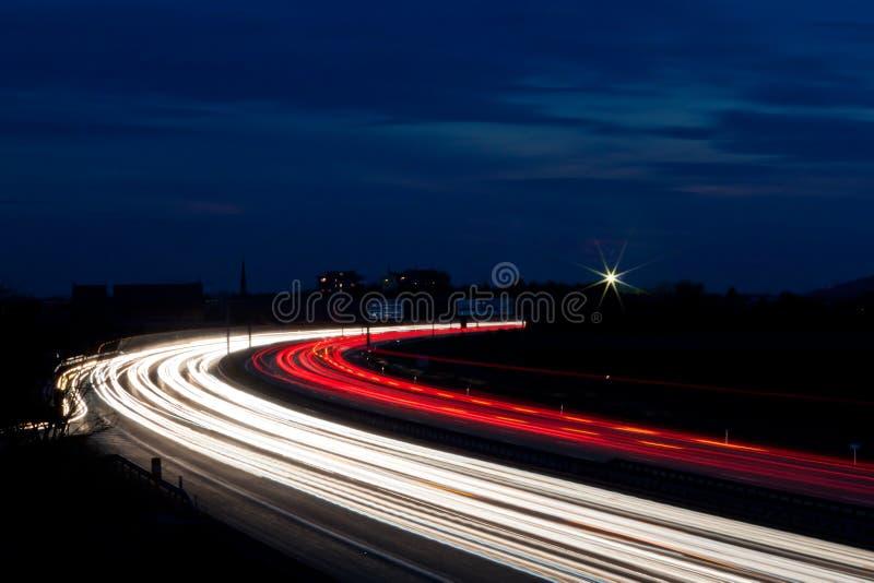 Autos waren in der Nacht auf einer Datenbahn lizenzfreies stockfoto
