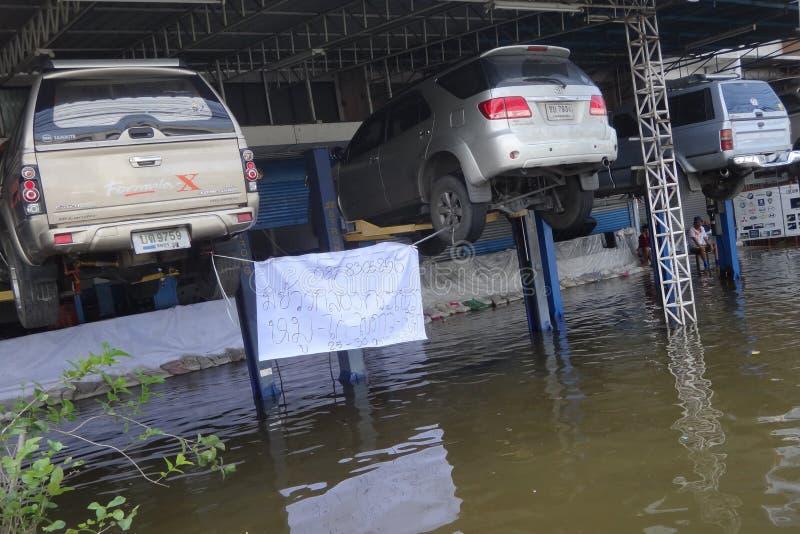 Autos werden sicher über dem Wasserspiegel in einer überschwemmten Straße in Rangsit, Thailand, im Oktober 2011 geparkt lizenzfreies stockfoto