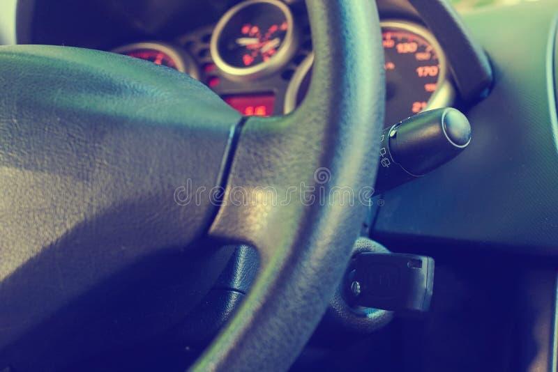 Autoschlüssel eingefügt in den Verschluss der Zündung des Autos lizenzfreie stockfotografie