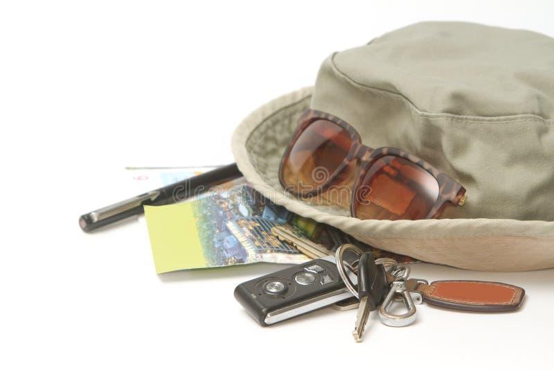 Autoschlüssel und -Sonnenbrille auf einer Karte stockbild