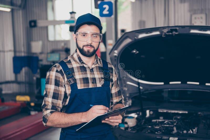 Autoservice-, -reparatur-, -wartungs- und -leutekonzept - Porträt O lizenzfreie stockfotos