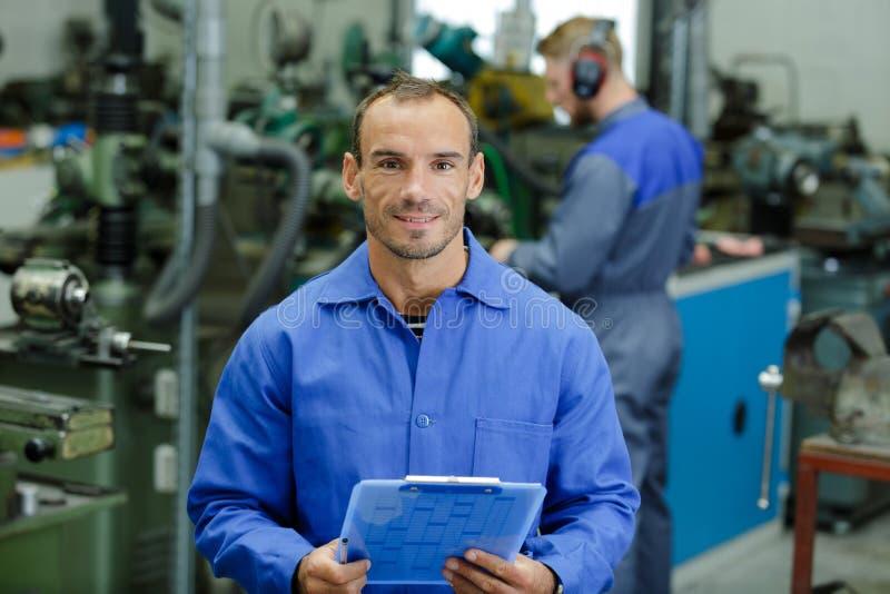 Autoservice-Reparaturwartungs- und -leutekonzept lizenzfreie stockfotos