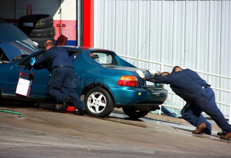 Autoshop und unterbrochenes Auto stockbilder