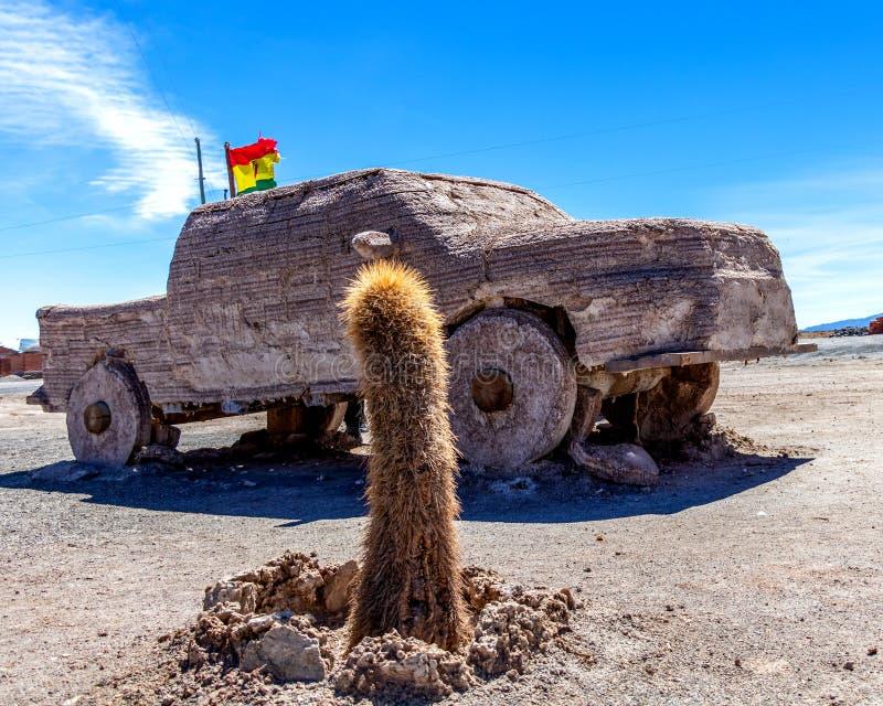 Autoskulptur, San Pedro Cactus und bolivianische Flagge im Salz flaches Salar de Uyuni, Bolivien lizenzfreies stockbild