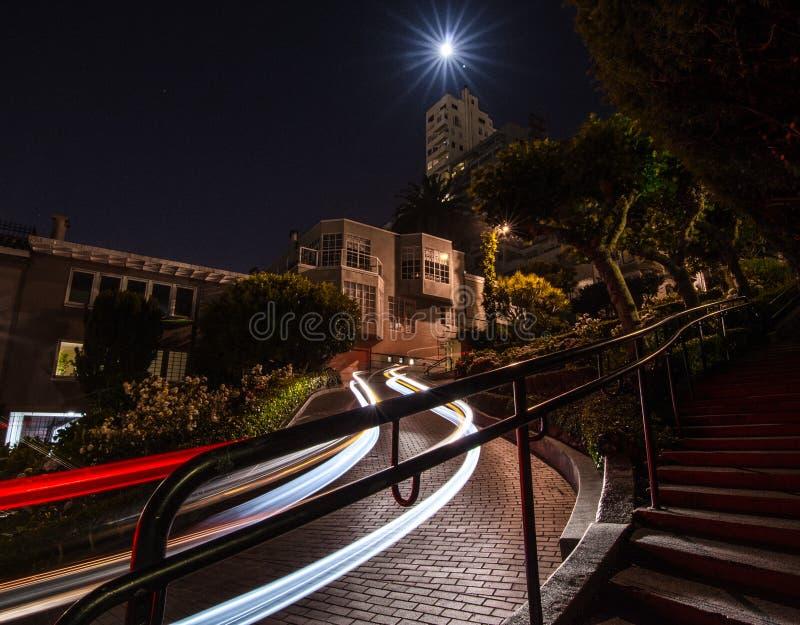 Autoslepen bij nacht bij Lomard-Straat, San Francisco stock afbeeldingen