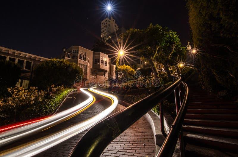 Autoslepen bij nacht bij Lomard-Straat, San Francisco stock afbeelding