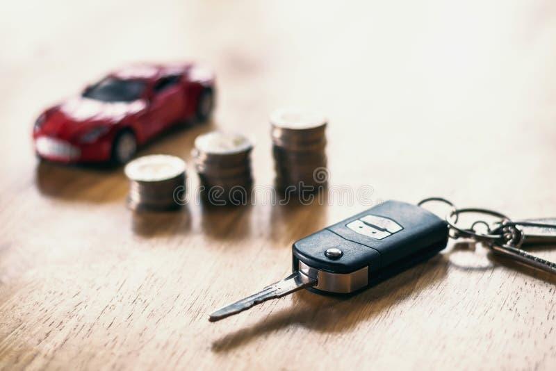 autosleutel met geld op lijst conceptenfinanciën stock afbeelding