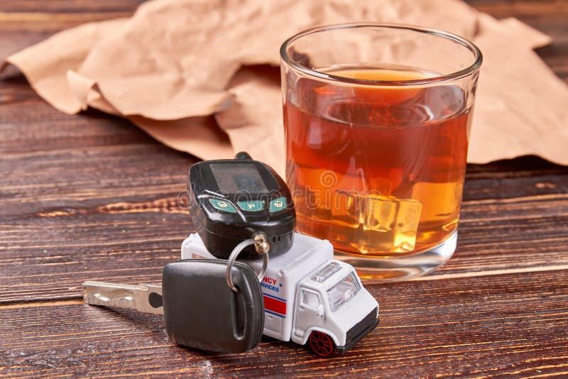 Autosleutel op stuk speelgoed ziekenwagen royalty-vrije stock foto