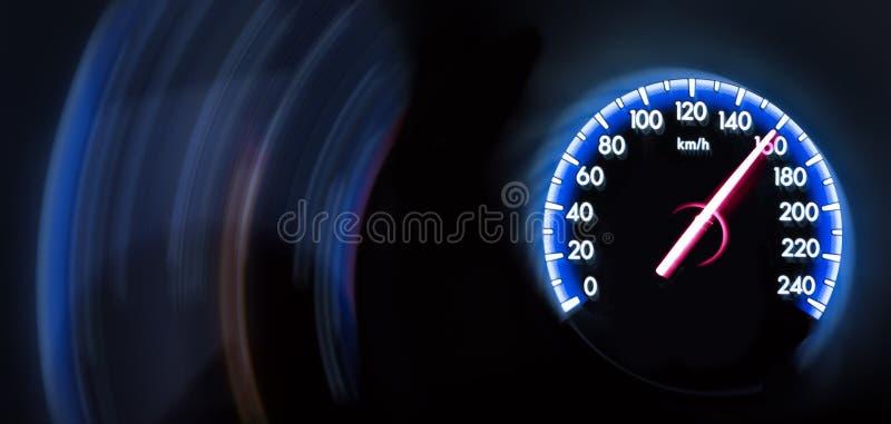 Autosnelheidsmeter op donkere achtergrond royalty-vrije stock foto
