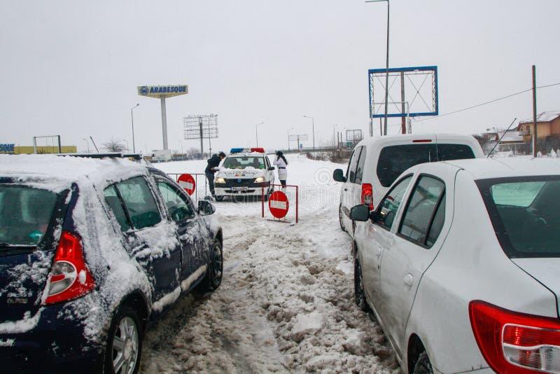 Autosnelweg tijdens sneeuwstorm in de winter wordt gesloten die royalty-vrije stock fotografie