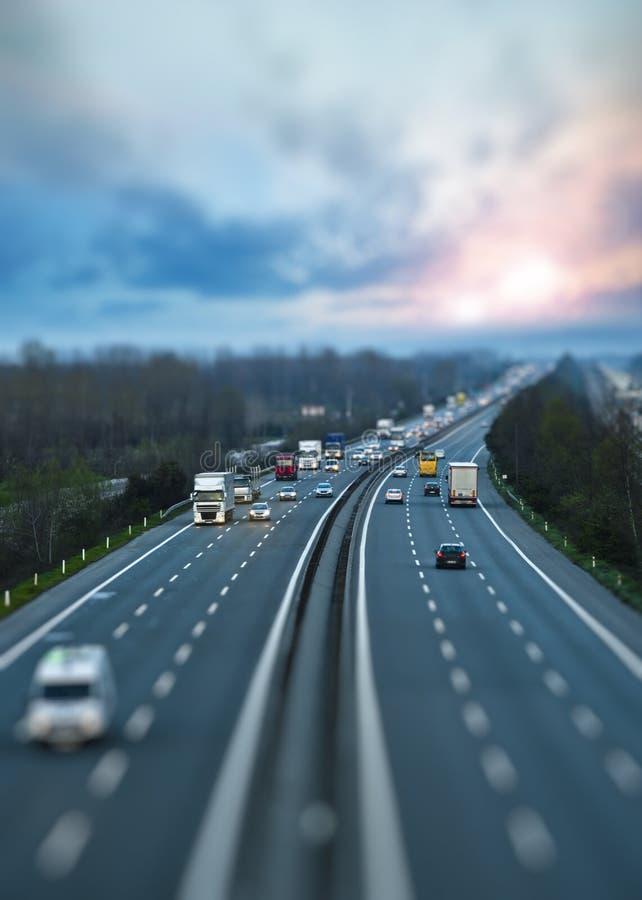 Autosnelwegverkeer stock foto's