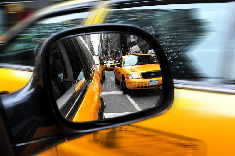 Autospiegel-Ansichtreflexion von New- Yorkgelbtaxis in Manha lizenzfreie stockbilder