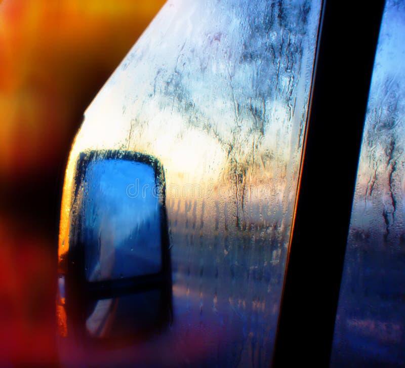 Autospiegel en glas met waterdalingen die wordt behandeld royalty-vrije stock foto's