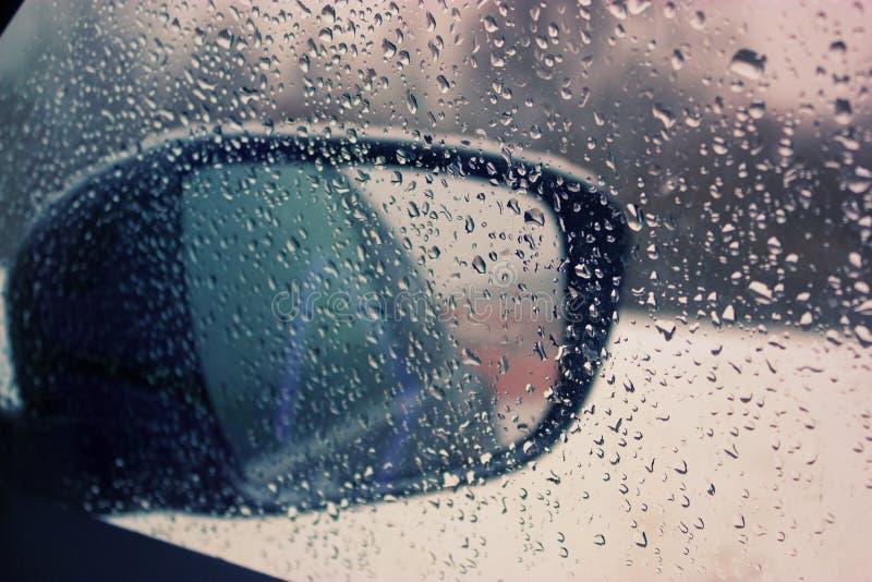 Autospiegel met waterdalingen stock fotografie