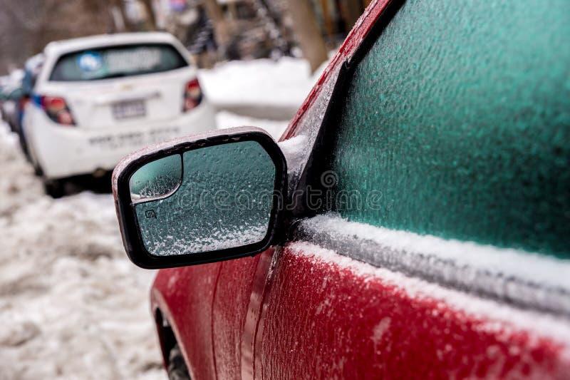 Autospiegel und -fenster werden mit Eis nach Eisregen bedeckt lizenzfreie stockbilder