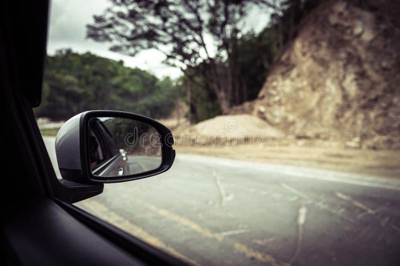 Autospiegel und -photograph machen ein Foto der inneren Straße stockfotografie