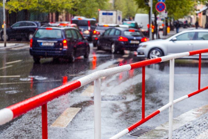 Autostecker an einem regnerischen Tag lizenzfreie stockfotografie