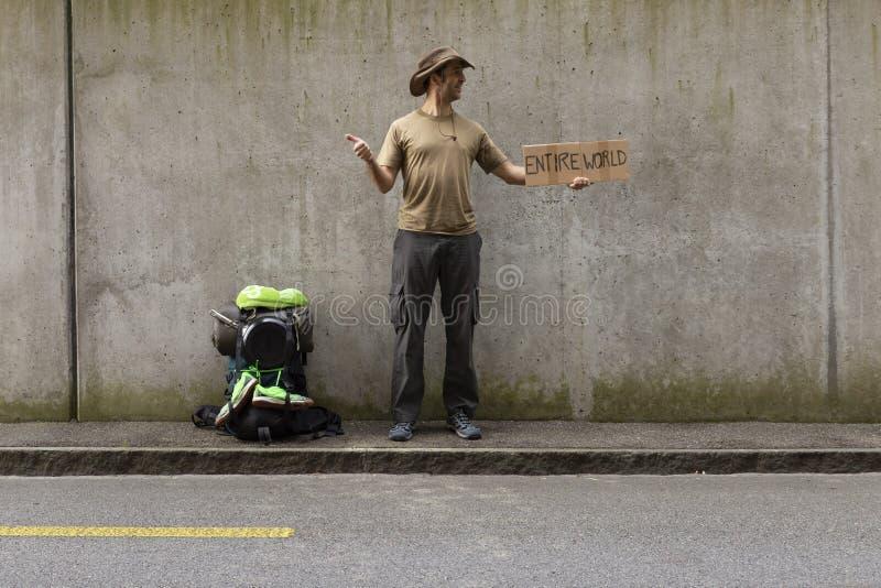 Autostopista listo para el mundo entero foto de archivo