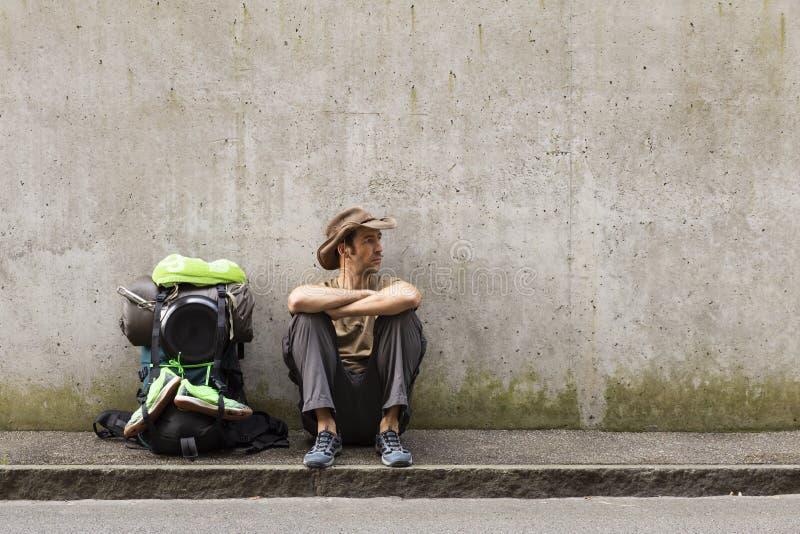 Autostopista listo para la aventura imagen de archivo libre de regalías