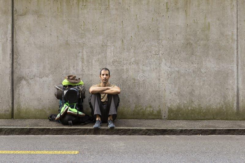 Autostopista listo para la aventura fotos de archivo libres de regalías