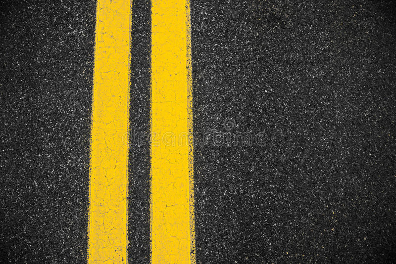Autostrada asfaltu powierzchnia z dwa żółtymi liniami zdjęcie royalty free