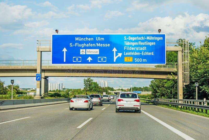 Autostrada drogowy znak na Autobahn A8 Stuttgart, Monachium, Ulm,/ zdjęcia royalty free