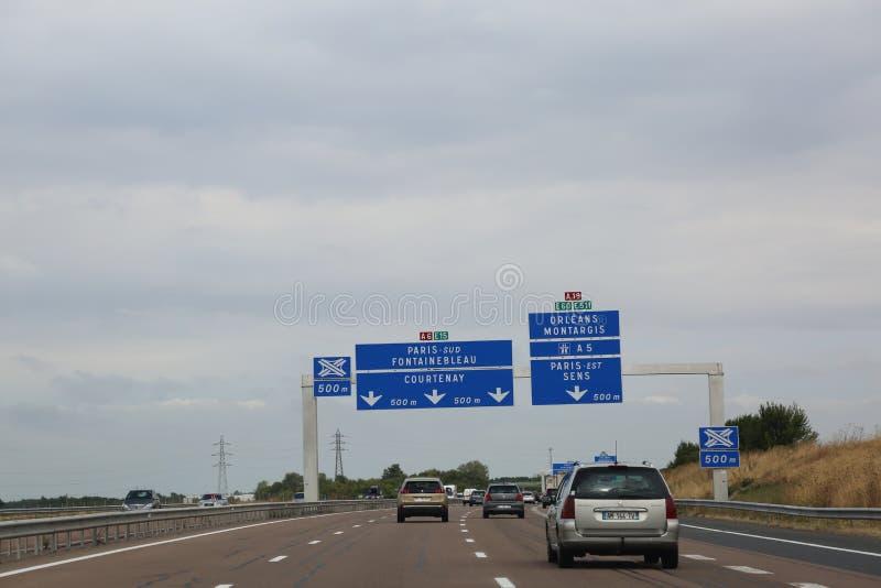 autostrada francese ed il segnale stradale immagini stock libere da diritti
