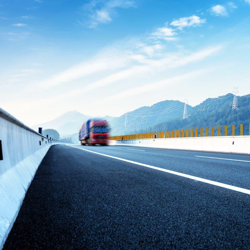 Autostrada i czerwieni ciężarówka fotografia royalty free