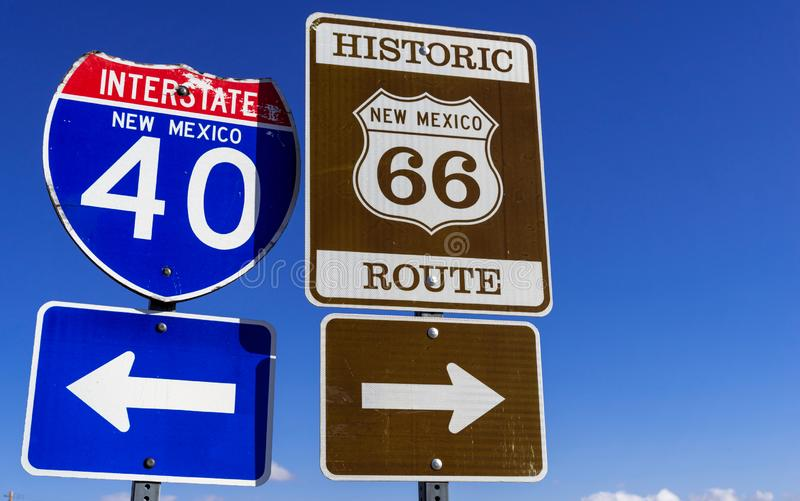 Autostrada markiery na historycznej autostradzie 66 i mi?dzystanowi 40 w Ameryka?skich po?udniowych zachodach fotografia royalty free