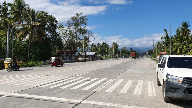 Autostrada nazionale a Digos City, Davao del Sur, Filippine fotografia stock