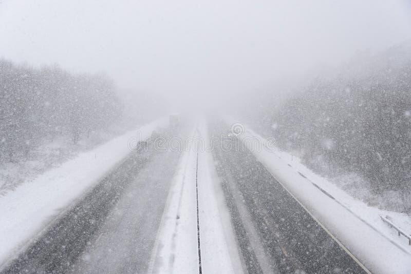 Autostrada podczas ciężkiego opadu śniegu zdjęcie stock