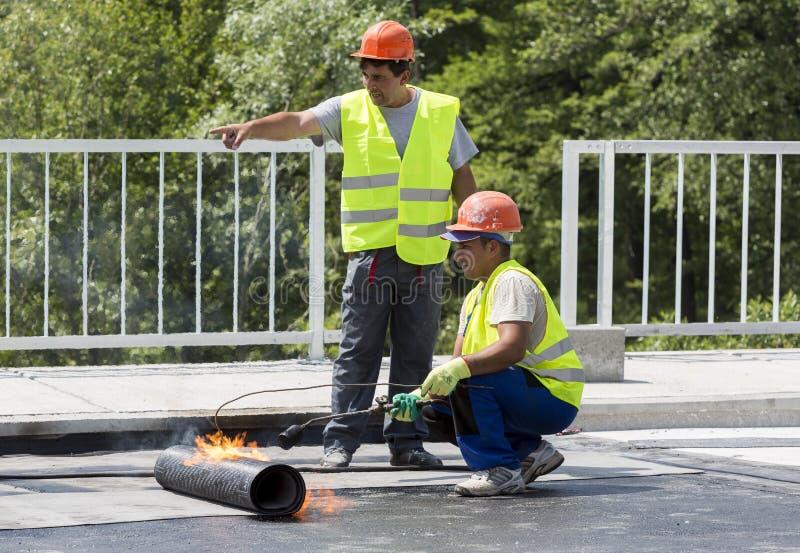 Autostrada pracowników Spawalniczej pochodni wodoodporny bridżowy ogień obraz stock