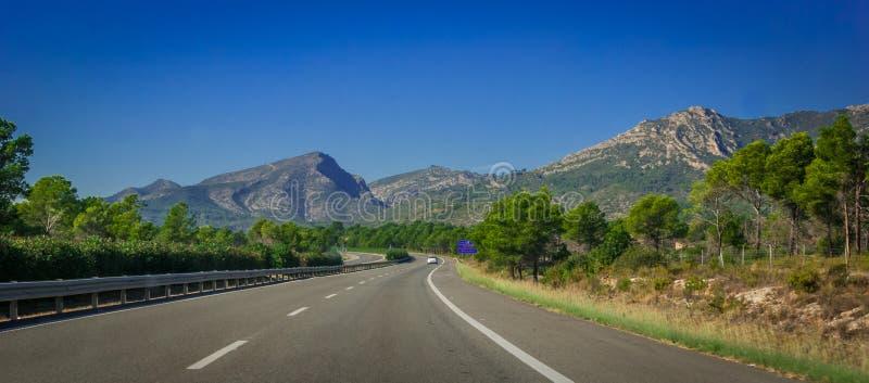 Autostrada przez nabrzeżnych pogórzy i gór Hiszpania obrazy stock