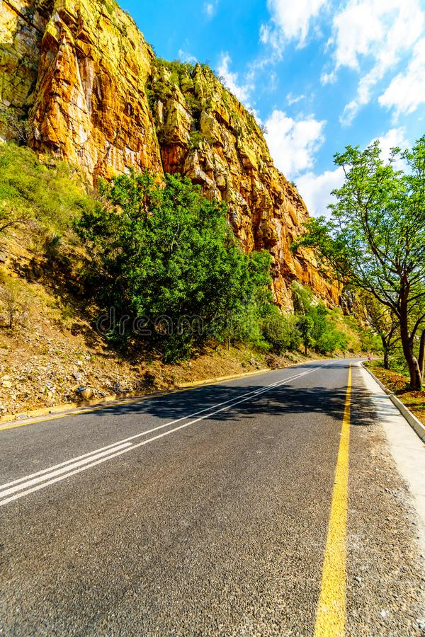 Autostrada R36 przy Abel Erasmus przepustką gdy ono iść przez Drakensbergen obrazy stock